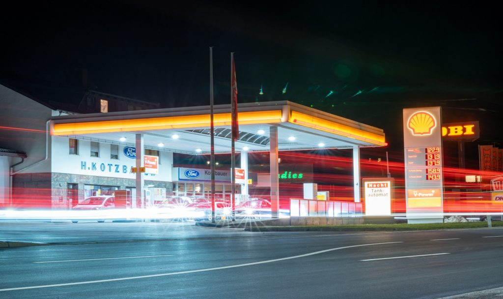 """Die """"Shell"""" also zu Deutsch """"Muschel"""" ist eines DER Symbole für klassische Tankstellen. Gilt das mit dem neuen Plan der Ladepunkte vielleicht auch bald für Elektroautos? Fotocredit: © Julian Hochgesang via Unsplash"""