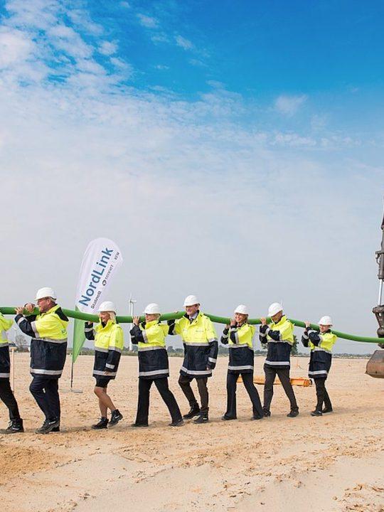 """Das symbolische """"grüne Kabel"""" beim Baustart von NordLink im September 2016 in Deutschland. Fotocredit: © tennet.eu"""