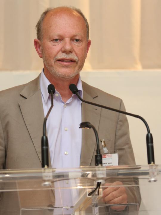 Der Profi in Sachen nachhaltig bauen sowie Passivhaus-Experte Günter Lang bei einem seiner internationalen Vorträge – er glaubt an nachhaltig Utopien trotz Denkmalschutz. Fotocredit: © LANG consulting