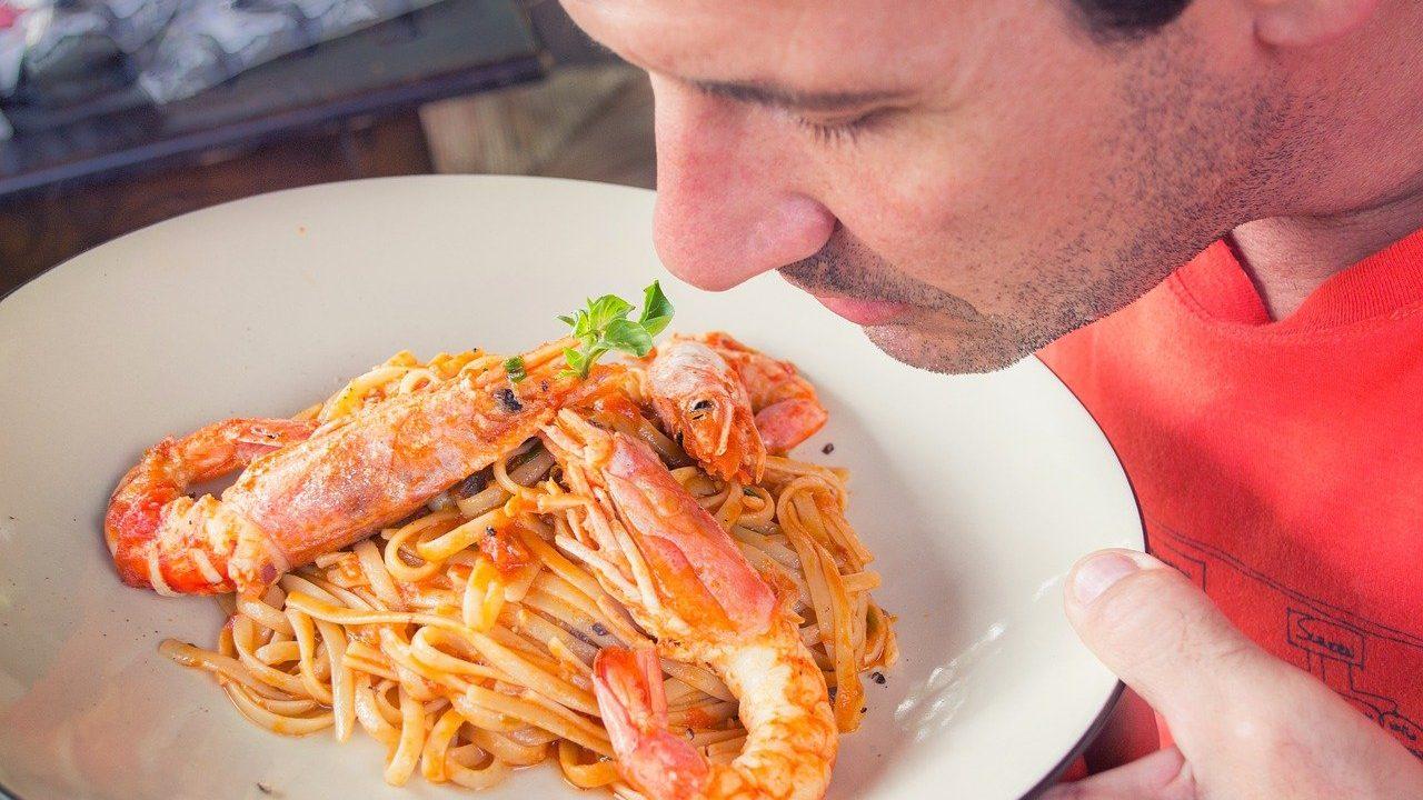 1. Ob ein Lebensmittel noch gut ist oder bereits verdorben, stellst du am besten durch Riechen, Sehen und Schmecken fest. - Fotocredit: Pixabay/DanaTentis