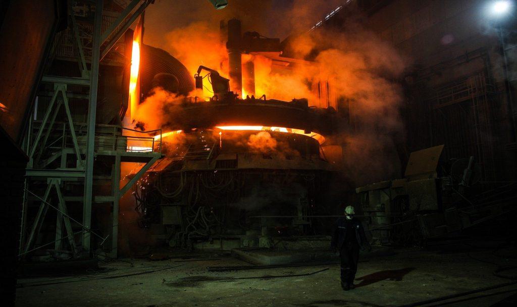 Klassische Eisenherstellung im Hochofen erzeugt eine Menge an CO2-Emissionen. Ein Wasserstoff-Stahlwerk in Frankreich verspricht nun grüneren Stahl. Fotocredit: © zephylwer0/Pixabay