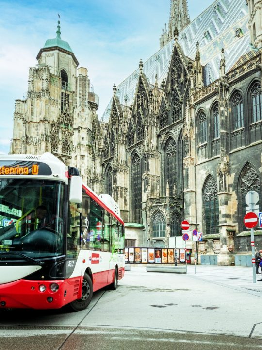 Im ersten Bezirk in Wien befördern zwei elektrisch betriebene Buslinien die Fahrgäste. Auch im Nachbarland Deutschland werden jetzt vermehrt E-Busse eingesetzt. Fotocredit: © Wiener Linien/Helmer