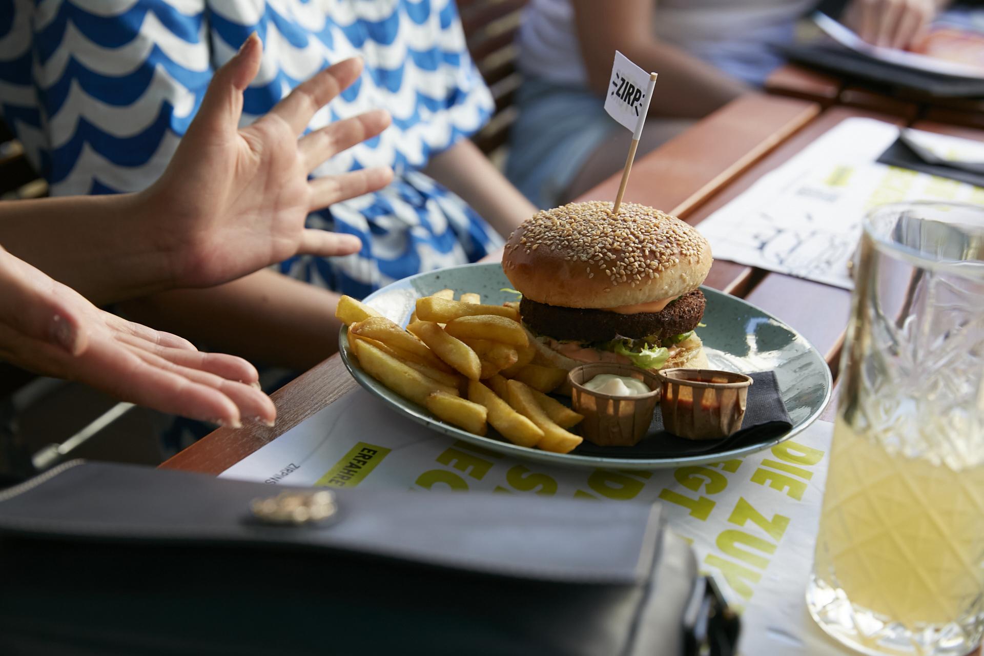 Ein Burger-Patty aus Insekten? Ja! Wir haben ihn für euch bei seiner Premiere gleich unerschrocken verkostet und waren begeistert. Fotocredit: © ZIRP Insects