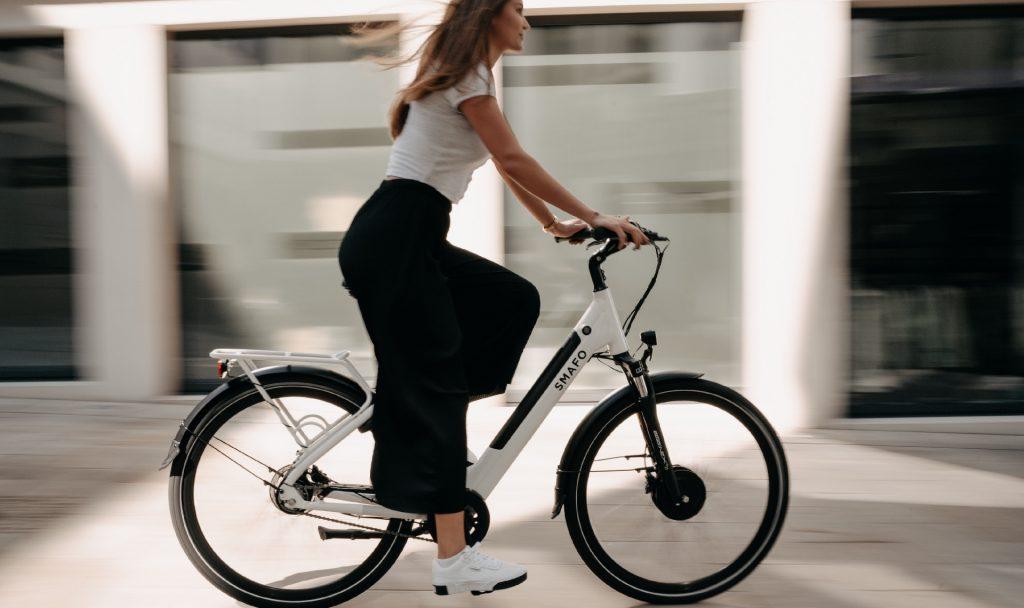 Von A nach B mit dem E-Bike statt dem Auto? Für Französinnen und Franzosen soll es dafür bald einen besonderen Anreiz geben. Fotocredit: © Wolfram Bölte/Unsplash