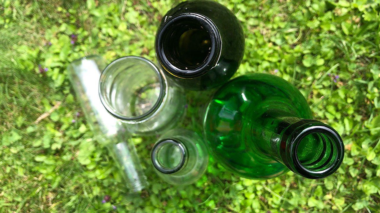 1. Fasse deine Blumenbeete mit Glasflaschen ein. - Fotocredit: Energieleben Redaktion
