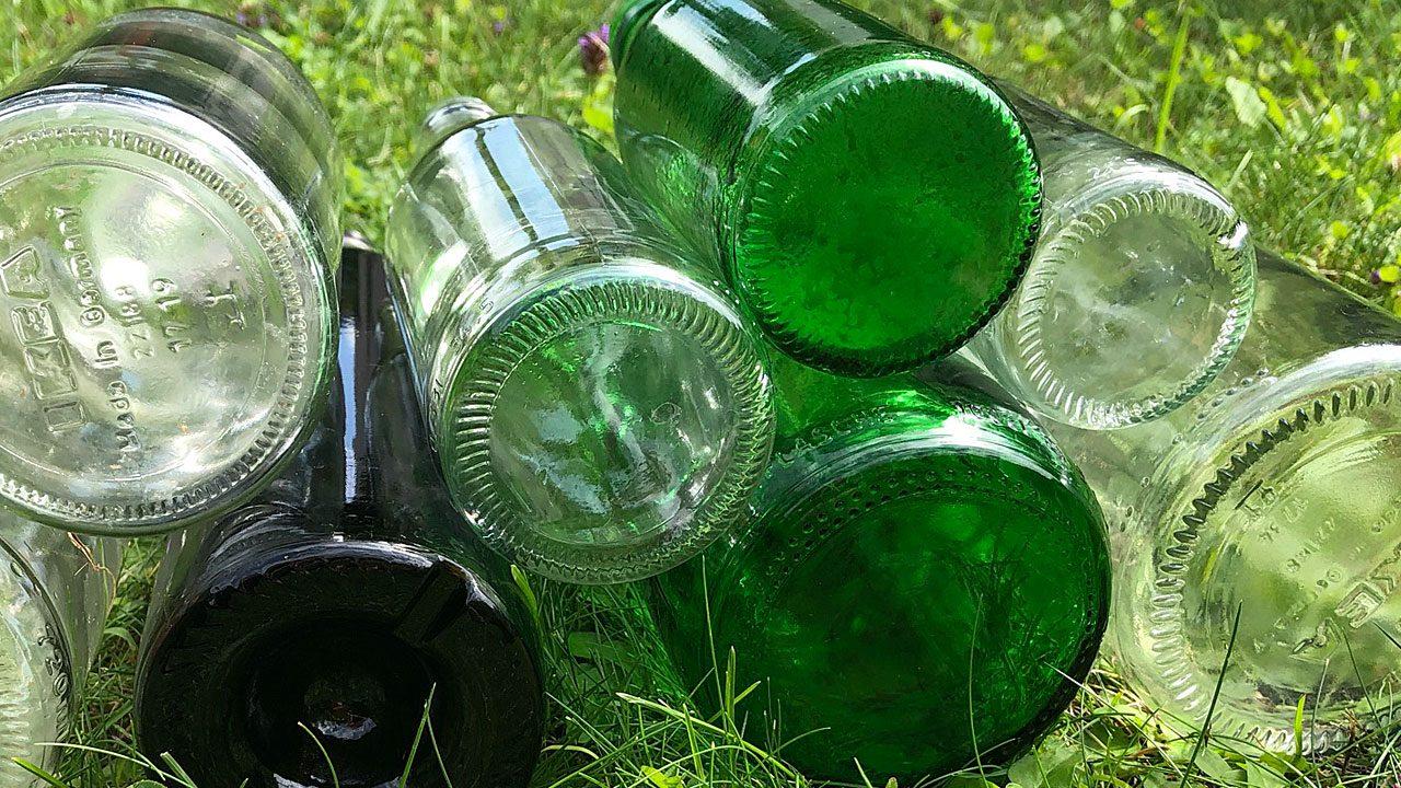 3. Bau ein Gewächshau s oder eine Gartenlaube aus Glasflaschen. - Fotocredit: Energieleben Redaktion