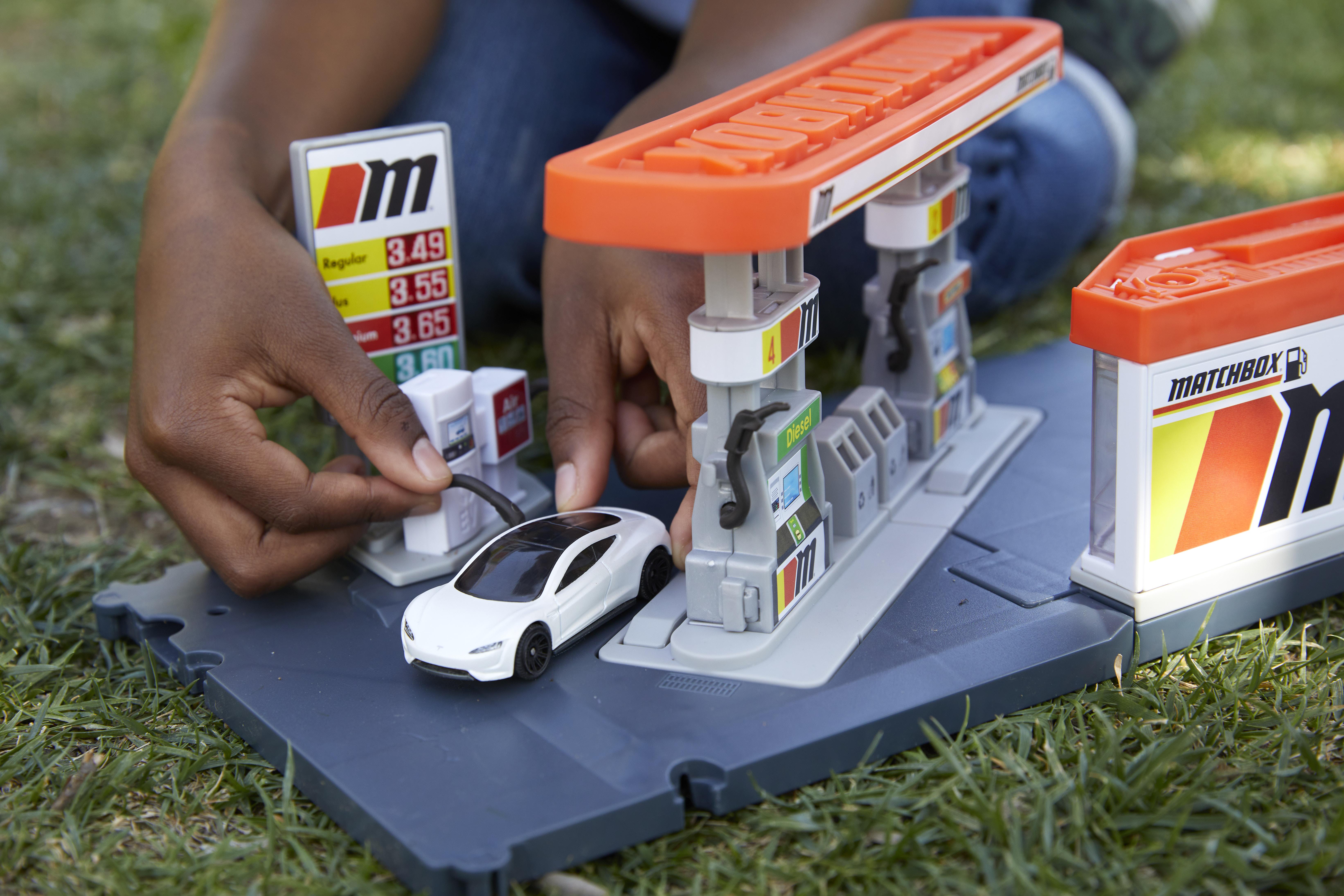 Ladestationen für E-Fahrzeuge gibt es bei Mattel jetzt auch im Kleinformat. Fotocredit: © Mattel