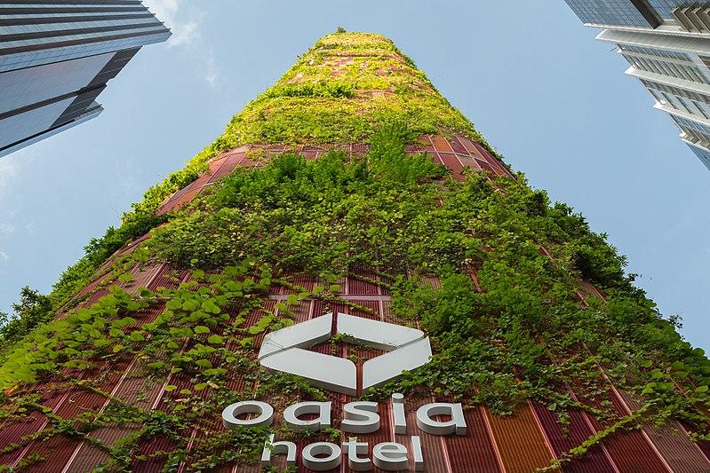 Das Oasia Hotel der WOHA Architects in Singapur beeindruckt – wie so viele andere Gebäude des Stadtstaates – mit grünem Design. Fotocredit: © wikipedia.org/City-Reader, CC BY-SA 4.0