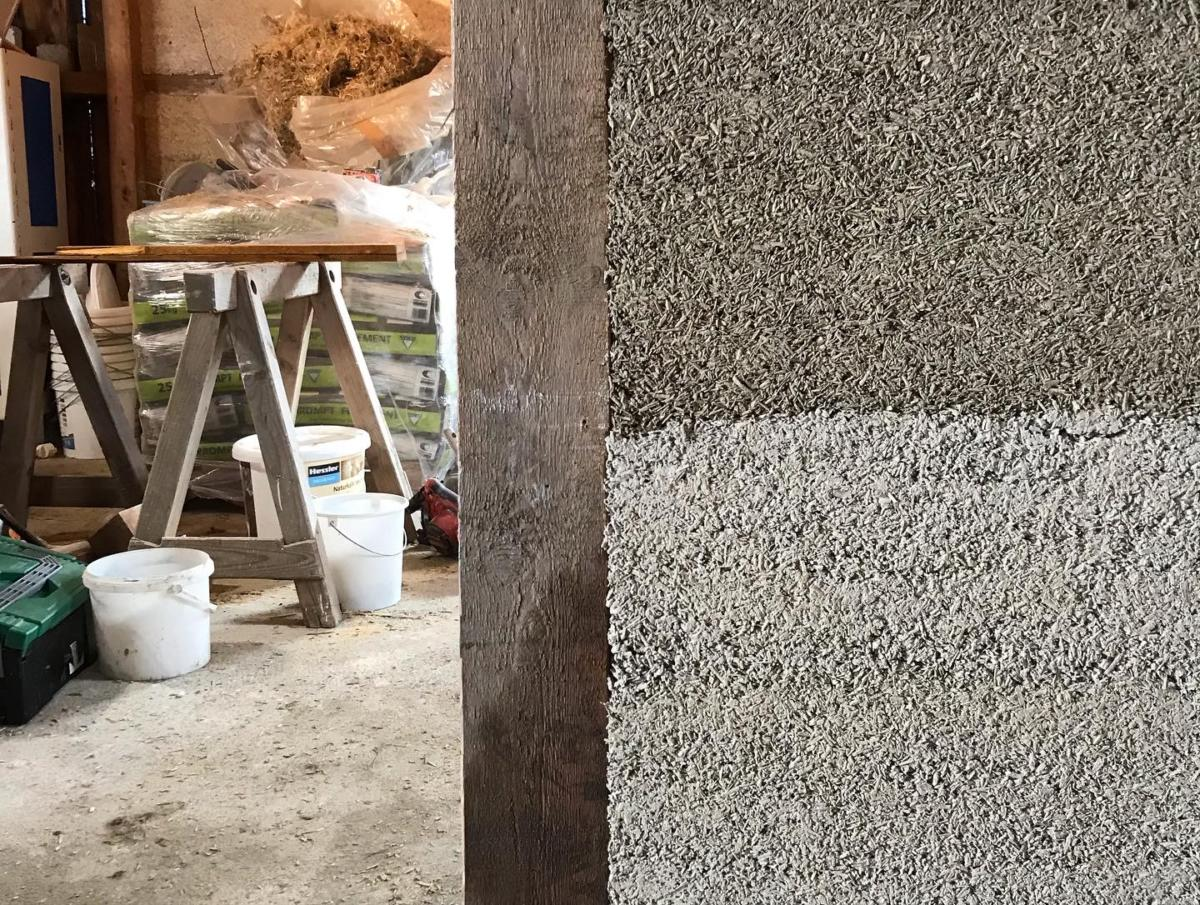 Das Material besteht aus Hanfschäben, die zwischen ein und vier Zentimeter lang sind und durch ihren hohen Siliziumgehalt gemeinsam mit Kalk zu einem steinharten Baumaterial werden. Fotocredit: © Straub HANF & KALK/hanfundkalk.de