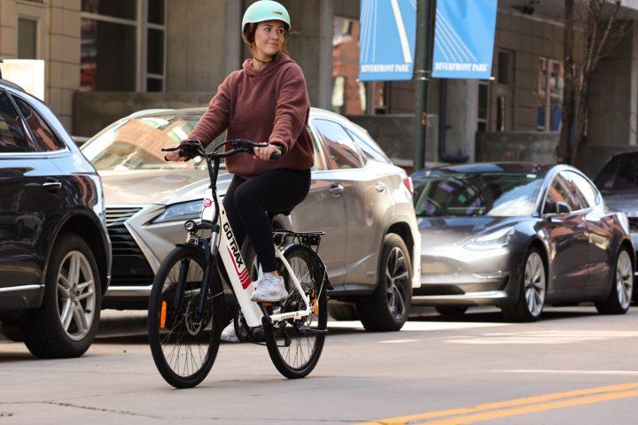 E-Bikes sparen nicht nur Platz und Emissionen im Straßenverkehr, sondern tun auch noch was für unsere Gesundheit. Fotocredit: © Gotrax/Unsplash