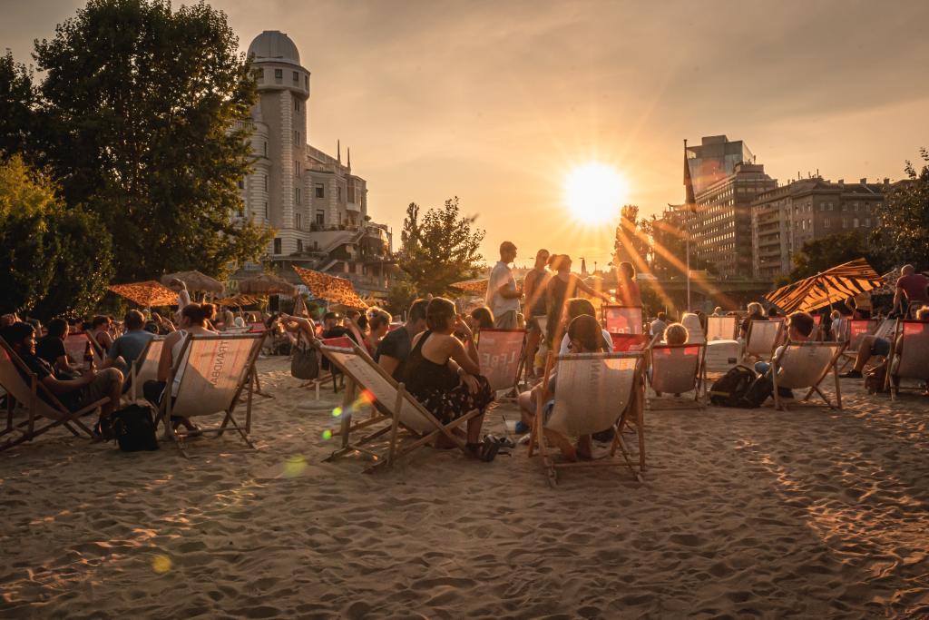 Ein wundervoller Sonnenuntergang, Zehen im Sand: So lässt sich das Gastroleben nachhaltig genießen. Fotocredit: © Robert Nitsch