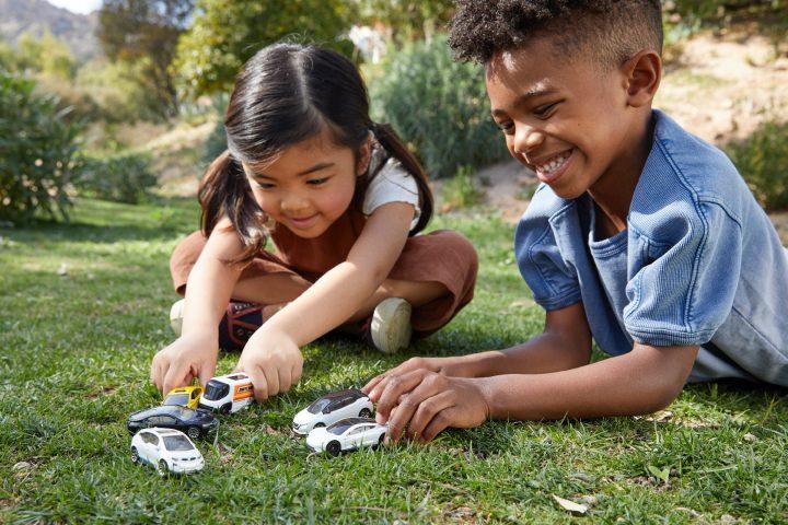 Umweltbewusstsein bei gleichzeitig abenteuerlicher Spielfreude. Das will Mattel mit dem neuen Matchbox Tesla vermitteln. Fotocredit: © Mattel/Teri Weber