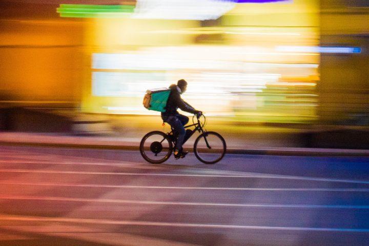 Bei Regen, Dunkelheit oder Kälte Essen ausliefern? Das könnten künftig Lieferroboter übernehmen, die den Restaurants auch noch Provisionen bei den Lieferdiensten sparen. Fotocredit: © Paolo Feser/Unsplash