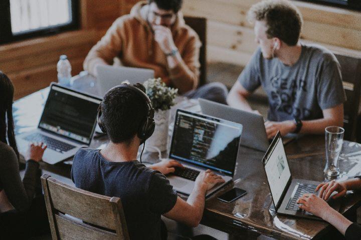 Nur mehr vier Tage pro Woche bei gleichem Lohn arbeiten? Für die Vier-Tage-Woche sprechen gleich mehrere Faktoren. Fotocredit: © Annie Spratt/Unsplash