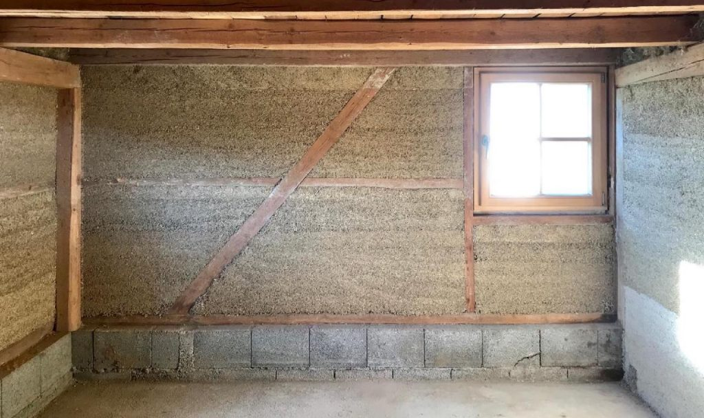 Hanfkalk wird zumeist in Kombination mit lastabtragenden Ständerwerken verbaut, die man – wie zum Beispiel hier aus Holz – etwa vom Fachwerkbau kennt. Fotocredit: © Straub HANF & KALK/hanfundkalk.de