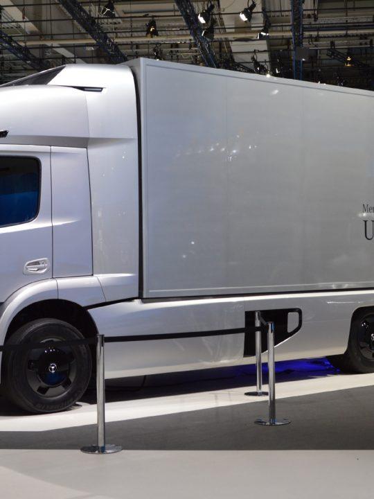 Die Daimler AG stellte 2016 den Elektro-LKW Mercedes-Benz Urban eTruck vor, der mit einer Reichweite von 200 km für ein innerstädtisches Verteilungskonzept vorgesehen war. Für Flächendeckung braucht es LKW-Ladestationen. Fotocredit: © Spielvogel/Wikimedia Commons CC BY-SA 3.0