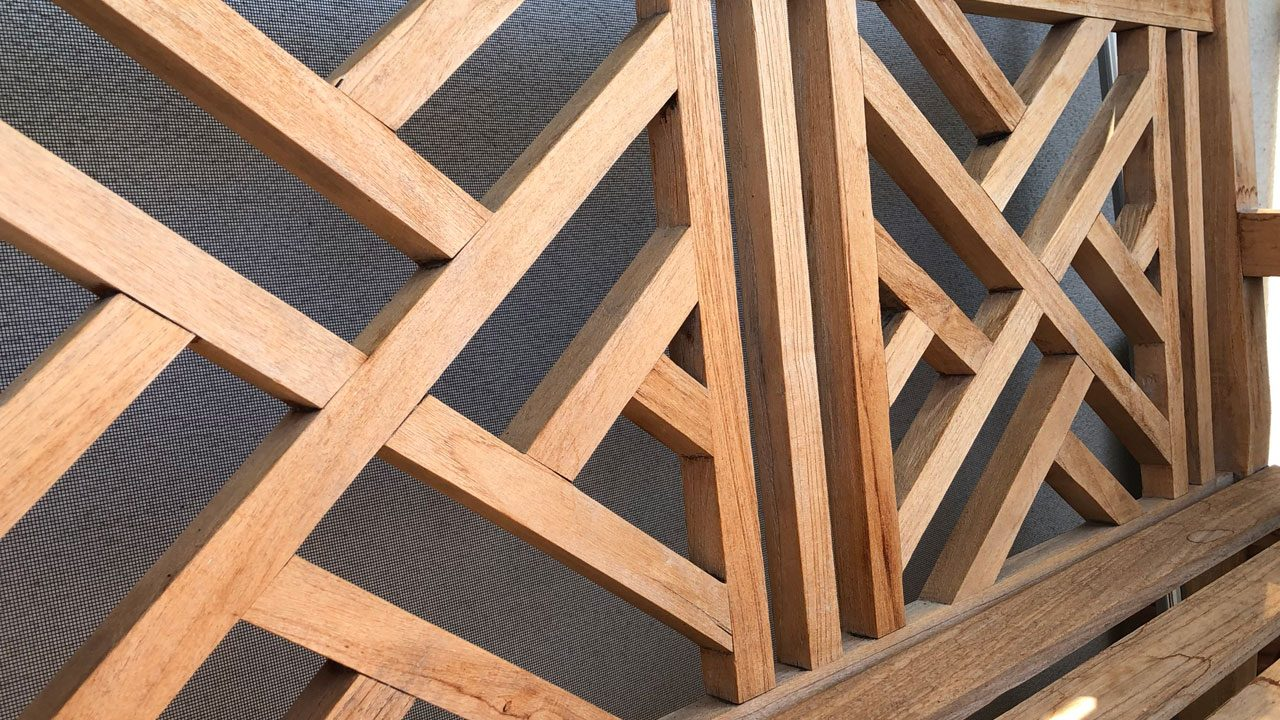 5. Holzmöbel und Gartenzäune pflegen. - Fotocredit: Energieleben Redaktion