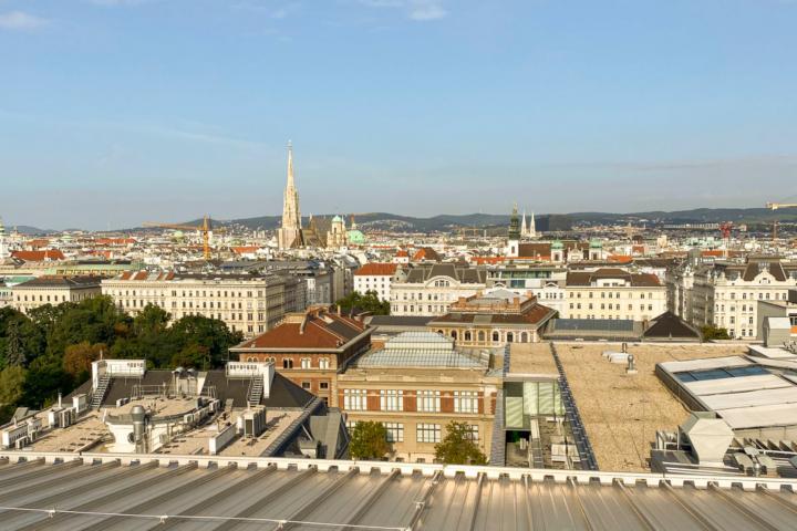 Die ersten Sonnenstrahlen über der Stadt vom Dach von The Mall in Wien Mitte , Fotocredit: Energieleben Redaktion