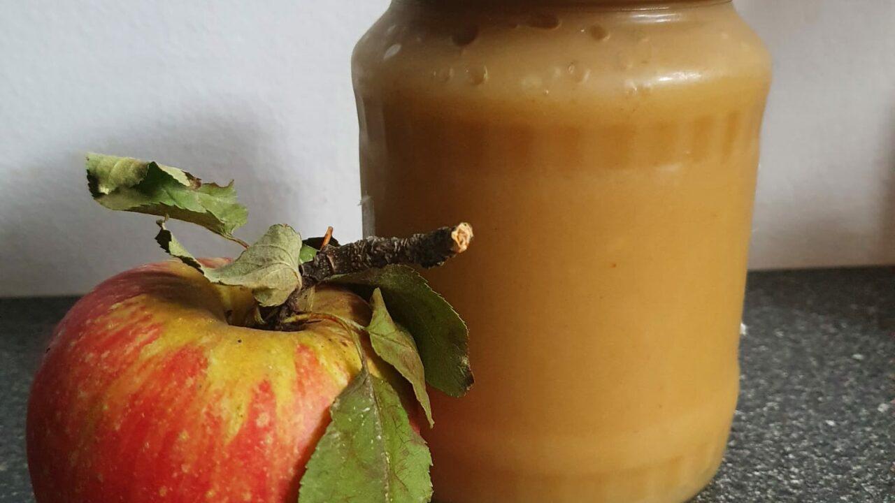 Selbstgemachtes Apfelmus im Schraubglas